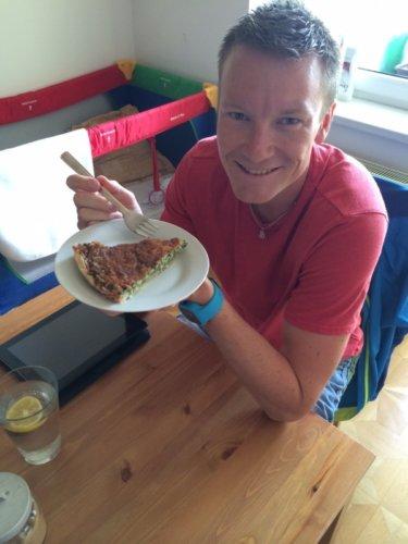 Pavle u nás na schůzce, hodující špenátový quiche