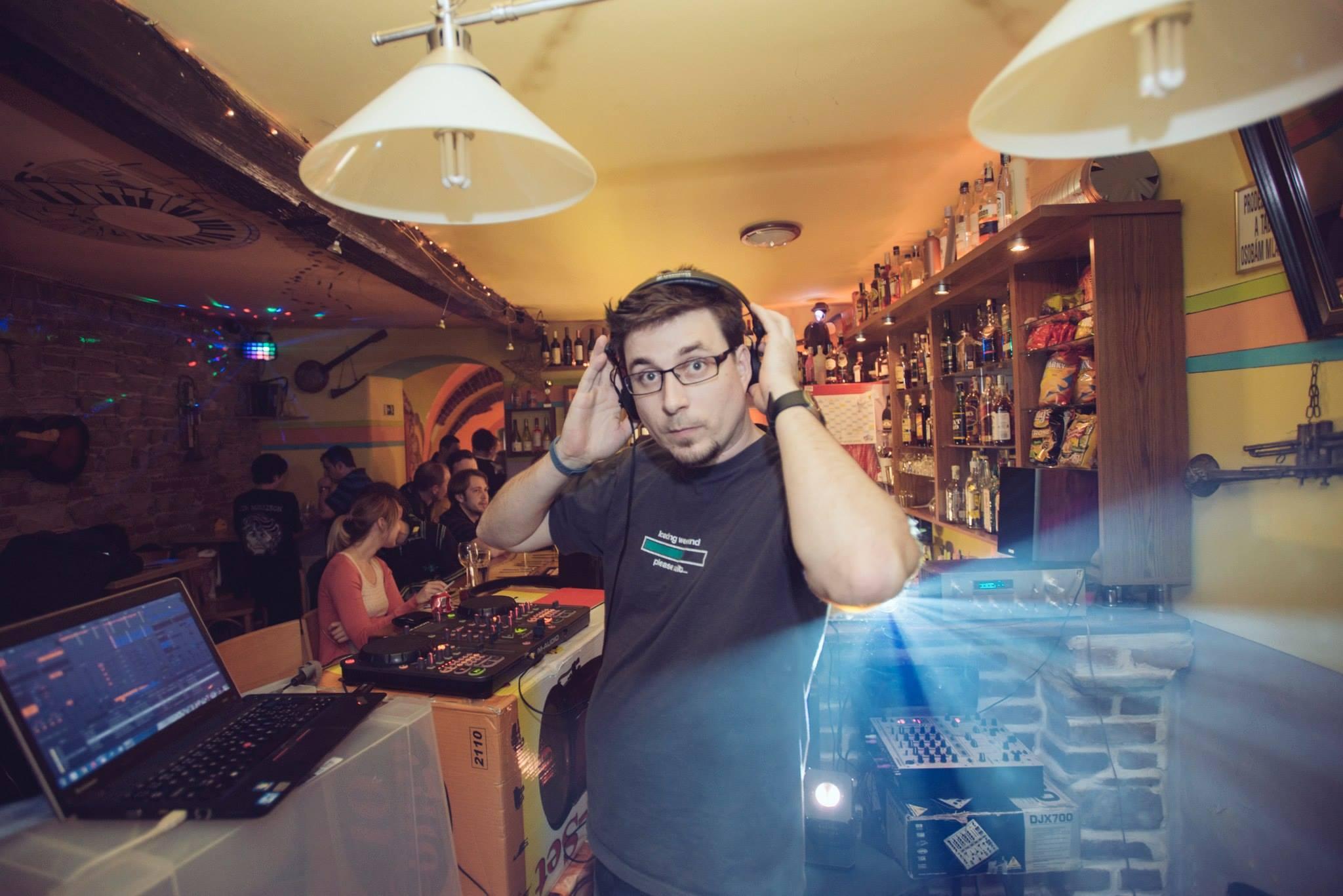 Takže něco jako DJ Gyd Zdeněk Dvořák (www.linki.cz). Kromě odkazů miluje hudbu.